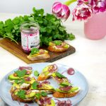 tartines-avocat-pickles-oignons-rouges